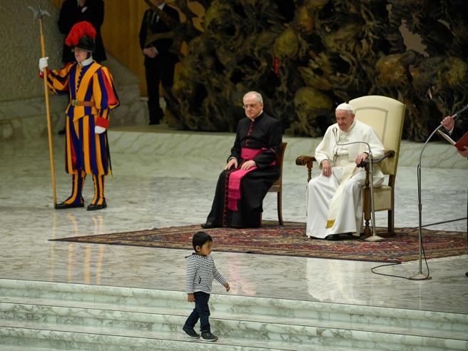 Vaticano, fuoriprogramma all'udienza del Papa: bambino saltella sulla scalinata