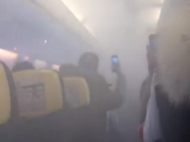 Paura sul volo Ryanair: fumo in cabina e atterraggio d'emergenza