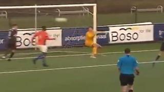 Olanda, il difensore vola di testa per salvare il gol