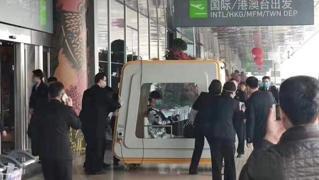 Cina: i passeggeri infetti trasportati fuori dall'aeroporto in box di isolamento