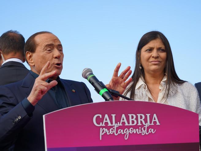 Berlusconi a Tropea, dal palco la battutaccia su Jole Santelli: «La conosco da 26 anni, ma...»