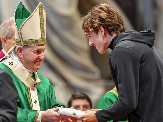 Zaniolo a messa dal Papa, riceve una Bibbia: «Un'emozione unica»