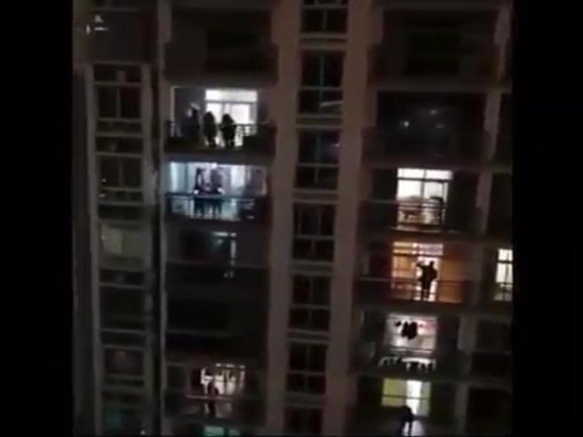 Coronavirus: «Forza Wuhan». La gente rinchiusa in casa urla alle finestre