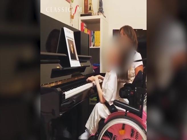 Valentina, 13 anni, e il video che incanta:  «Io prima pianista in sedia a rotelle: suonare è la mia medicina»