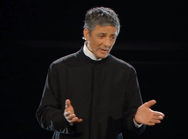 Sanremo, il video di Fiorello con la tonaca di Terence Hill: «L'unico Matteo che funziona»