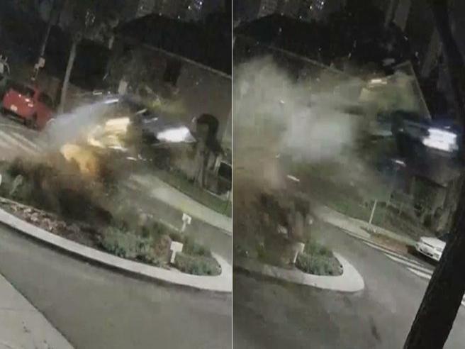 Come in un film d'azione: l'auto si schianta contro una rotatoria e vola in aria