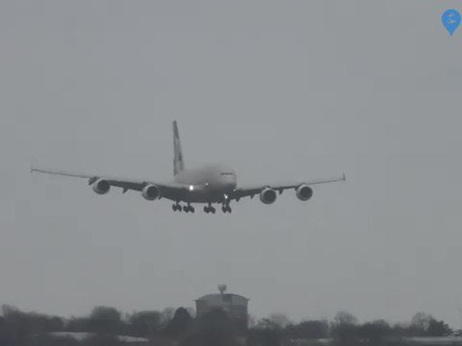 Tempesta Dennis: il vento è troppo forte, l'Airbus non riesce ad atterrare