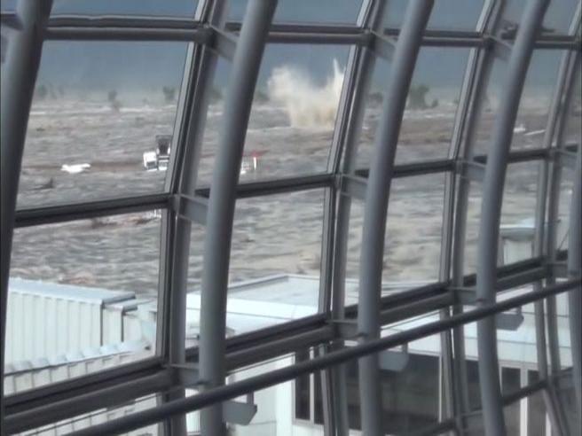 Il terremoto in Giappone del 2011: un nuovo filmato mostra l'interminabile scossa  nell'aeroporto di Sendai