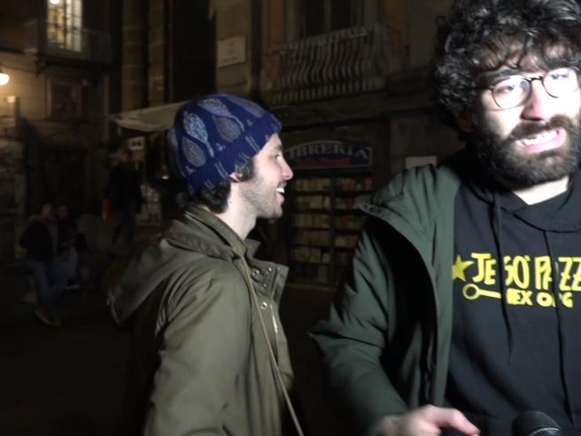 Sardine a Napoli, Santori contestato: si gira e se ne va