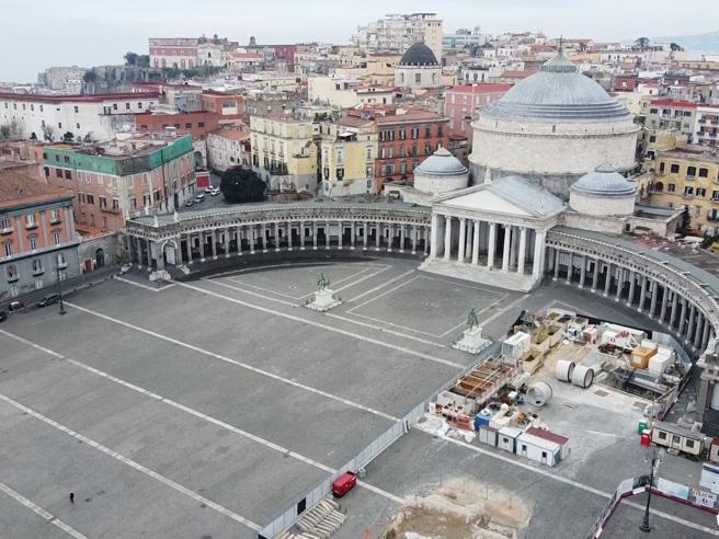 Coronavirus, Napoli deserta vista dal drone: neanche un'anima tra il  lungomare di e piazza del Plebiscito - Corriere TV