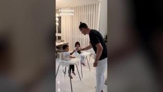 Cristiano Ronaldo spiega ai figli come disinfettare le mani