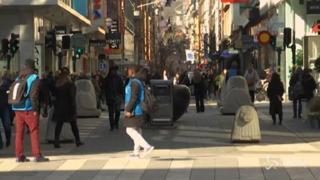 La Svezia non ha paura del coronavirus, la gente cammina tranquilla per le strade di Stoccolma