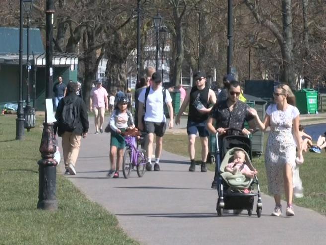 Coronavirus, a Londra parchi affollati nonostante il lockdown