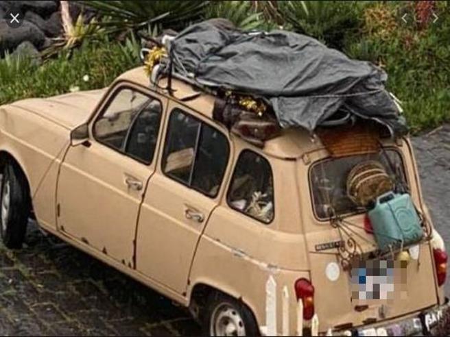 La Renault 4 che ha attraversato l'Italia in quarantena si rimette in viaggio: fermata a Mazzarino, a 160 km da Aci Trezza