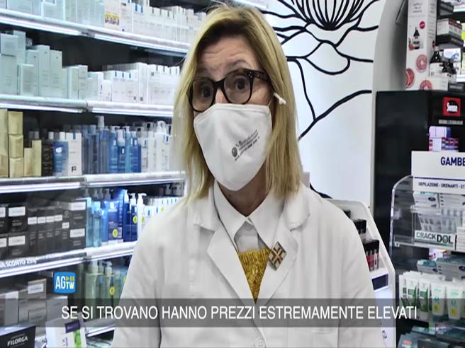 Mascherine 25 euro l'una in farmacia, l'impennata dei prezzi a Roma e a Milano
