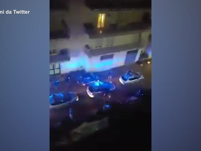 Pasquale Apicella, il commovente saluto dei colleghi poliziotti sotto casa: la visita del capo della polizia