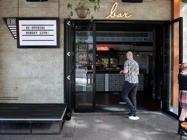 L'Italia riparte, riaprono negozi, bar e ristoranti: i collegamenti da Roma, Milano e Napoli
