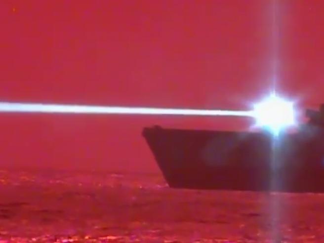 Nave da guerra americana testa una potente arma a raggio laser