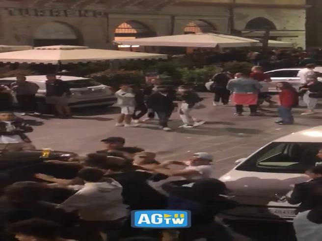 Fase 2, movida violenta a Perugia: maxi rissa in piazza stracolma di giovani