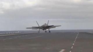 Il caccia F-35 sembra finire in mare: il decollo dalla stazione navale è spettacolare