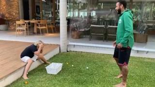 Neymar e lo scherzo dell'uovo al figlio