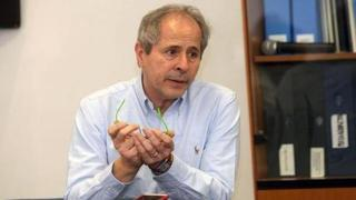 Coronavirus, Crisanti: «L'app Immuni ci farà buttare una montagna di soldi»