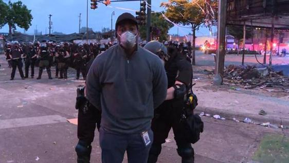 Giornalista arrestato a Minneapolis, reporter della Cnn ammanettato   in diretta dalla polizia