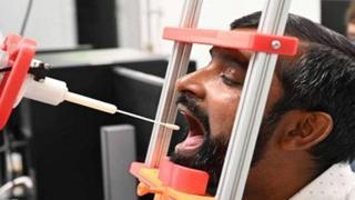 Ecco il primo robot che fa i tamponi (con un braccio stampato in 3D usa e getta)
