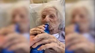 Bisnonna (103 anni) sconfigge il coronavirus e si beve una birra