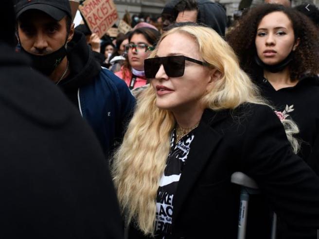 Madonna con le stampelle partecipa alle manifestazioni anti-razziste in Gran Bretagna