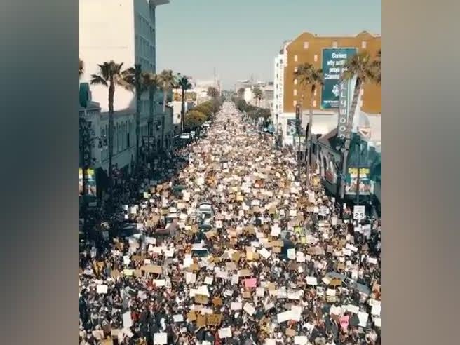 #blacklivesmatter, le immagini di Hollywood e l'incredibile folla