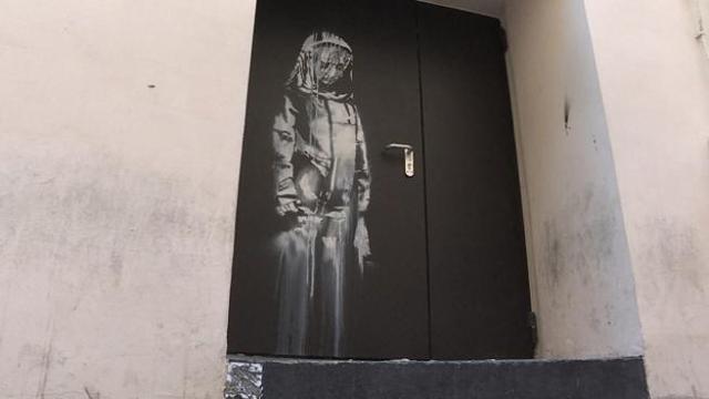 Ritrovata in Abruzzo la porta del Bataclan con il murale di Banksy ...