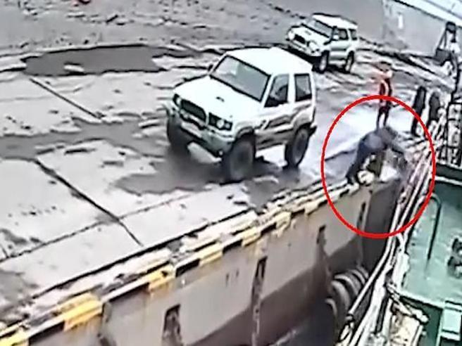 Il passeggero cerca di salire sul traghetto che sta partendo. Ma va a finire così