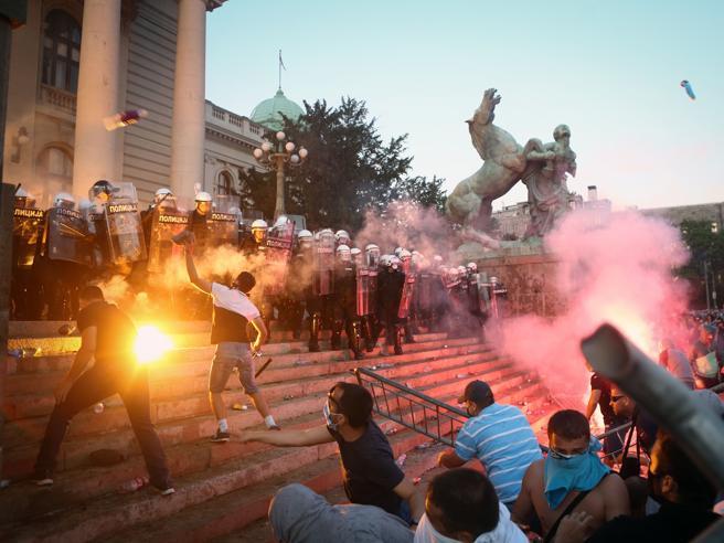 Coronavirus, guerriglia urbana a Belgrado: violente proteste davanti al Parlamento Video