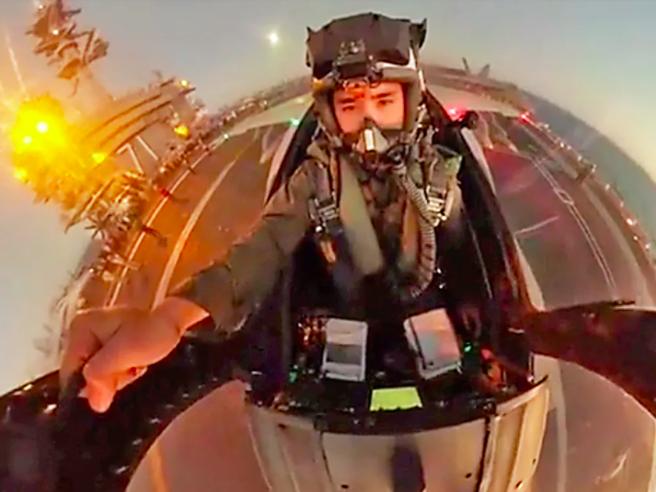 A bordo di un Super Hornet della Marina Usa, il video dalla cabina di pilotaggio lascia senza fiato