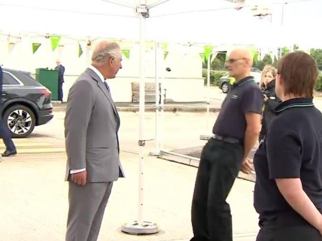 Il dipendente del supermarket collassa davanti al principe Carlo