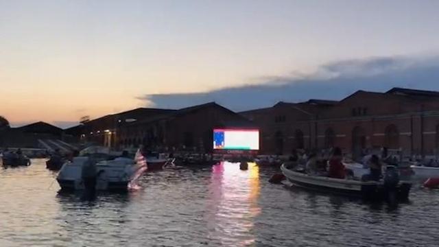 Venezia, magia all'Arsenale per il primo drive-in in barca - Corriere TV