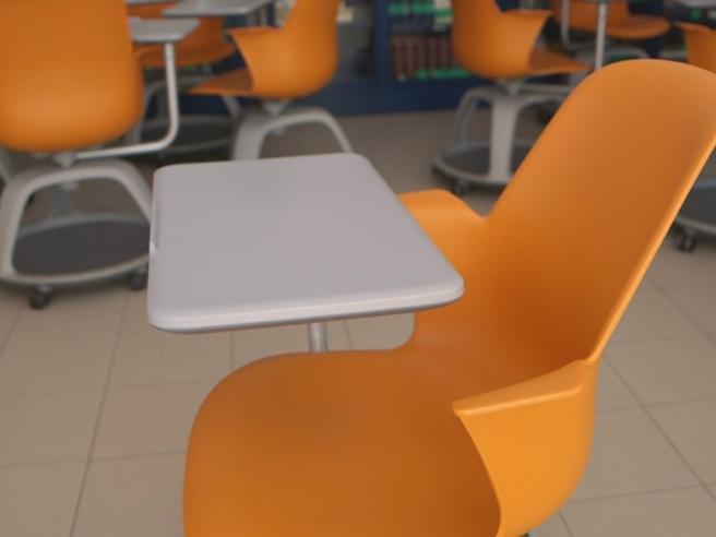 Scuola, ecco come funziona il banco a rotelle: la prova con prof e studente in un liceo di Ciampino