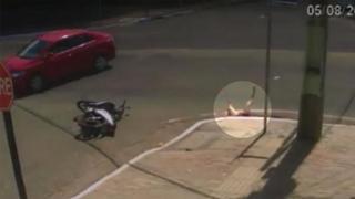 Motociclista centrata da un'auto finisce nel tombino