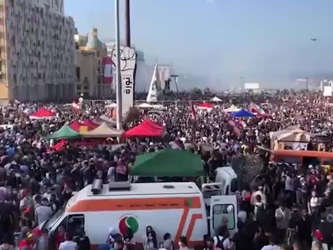 Beirut, la folla manifesta contro il governo: scontri violenti, gas e lacrimogeni