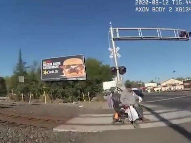 Usa, uomo sulla sedia a rotelle bloccato sui binari salvato all'ultimo dalla poliziotta