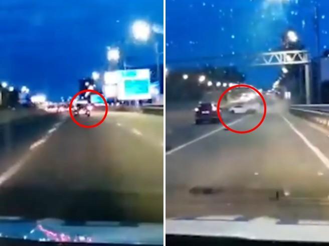 Russia, 13enne ruba l'auto del padre e si schianta a 200 km/h contro il guardrail: le immagini della fuga in autostrada