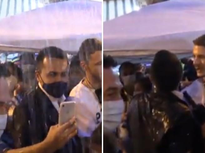 Gavettone per Di Maio a San Giorgio a Cremano, il ministro colpito dall'acqua lanciata da un palazzo