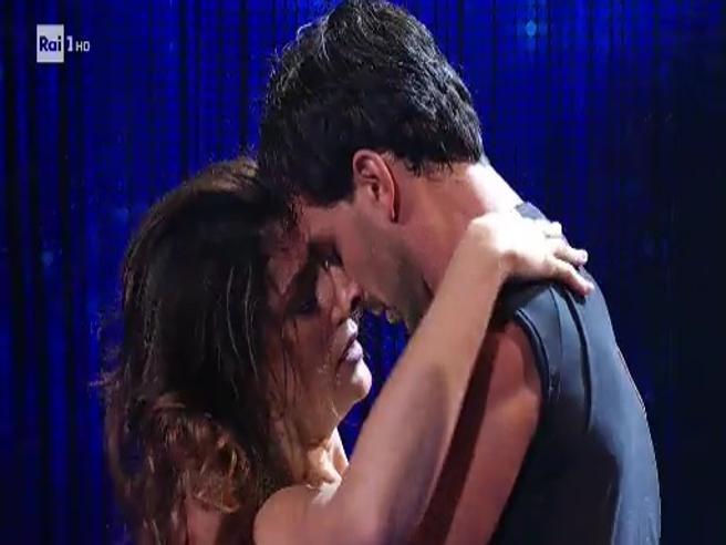 Elisa Isoardi e Raimondo Todaro in un tango tra applausi e fischi