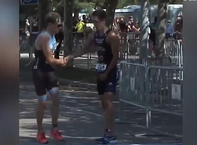 Triathlon, sbaglia strada all'ultima curva: l'avversario lo aspetta e lo lascia passare