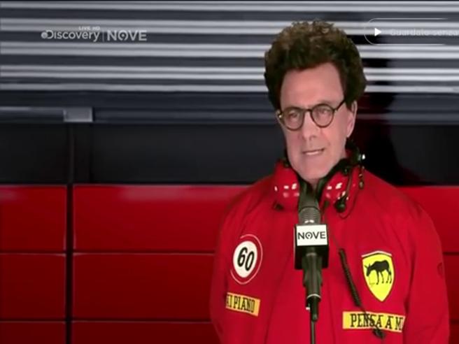 Crozza diventa il team manager Ferrari Mattia Binotto: «Già che siamo immobili ci diamo all'edilizia?»