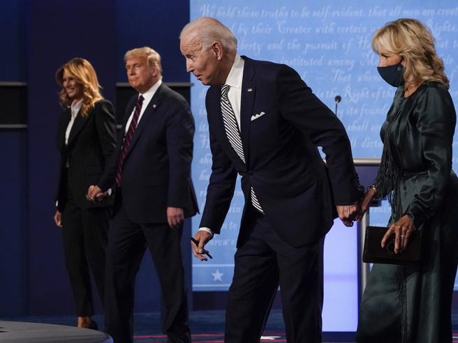 Usa 2020, le mogli sul palco, Biden la abbraccia, Trump più formale, ma Melania la prima a salire