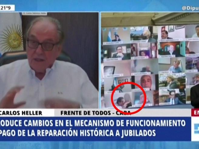 Argentina, scandalo al Congresso: deputato e compagna pizzicati in effusioni in diretta streaming