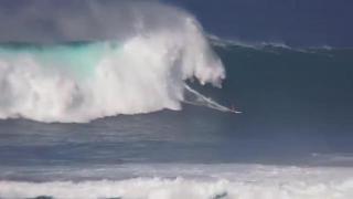 Surf, resiste da solo alla grande onda