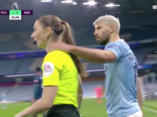 Premier League, il gesto inappropriato di Aguero: mette il braccio sulle spalle di una guardalinee donna